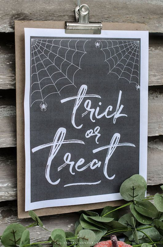 Fabulous free Halloween printables -- Trick or Treat Chalkboard